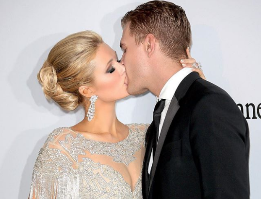 Paris Hilton se comprometió con el actor Chris Zylka
